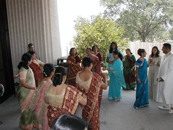 The women dancing outside the hotel upon Jaan arrival