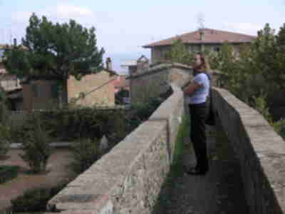 Lisa on San Quirico d'Orcia's city wall