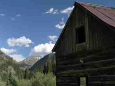 An old miners cabin at the trailhead with Carson Peak in the distance
